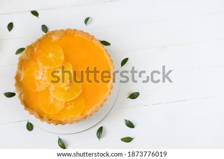 Homemade orange tart with slised oranges and jelly, white wooden board Photo stock ©