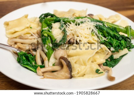 Homemade Pappardelle pasta cooked with Broccoli Rabe and Mushrooms Foto stock ©