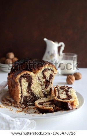 Homemade traditional Romanian. Sweet bread named 'cozonac', with cacao, raisins, and nuts. Eastern European baked dessert. Babka. Imagine de stoc ©