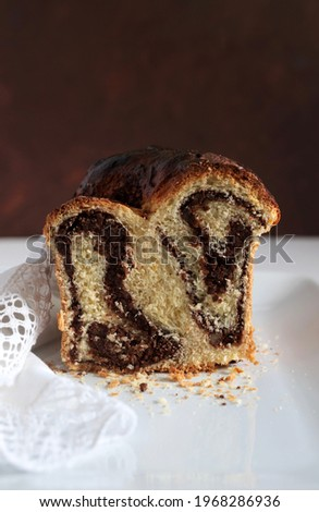 Homemade traditional Romanian sweet bread named 'cozonac', with cacao, raisins, and nuts. Eastern European baked dessert. Babka. Imagine de stoc ©