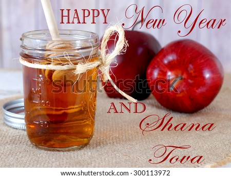 Honey and apples are symbolic of sweetness in the upcoming new year in Jewish tradition. A new year's greeting, including Shana Tova, is included over the items arranged on sackcloth. Stockfoto ©