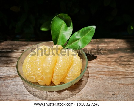 Honey pomelo meat in a glass dish. Foto stock ©