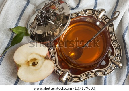 honey with apple for Rosh Hashanah � jewish new year