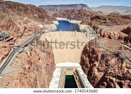 Hoover Dam as seen from the Mike O'Callaghan Pat Tillman Memorial Bridge. The Hoover Dam is a concrete arch-gravity dam in the Black Canyon of the Colorado River. Lake Mead between Arizona and Nevada. Foto stock ©