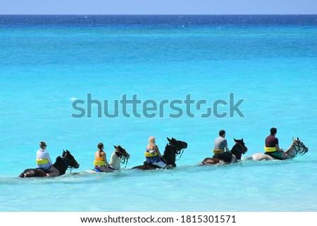 Horseback riding tour social distanced the in ocean, visitors / travel scene in the Caribbean Foto stock ©