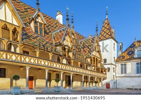 Hospices de Beaune or Hotel-Dieu de Beaune is a former charitable almshouse in Beaune, France. Courtyard, internal facade with polychrome roof Foto stock ©