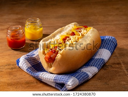 hot dog on blue fabric with two little jars with mustard and ketchup  Foto stock ©