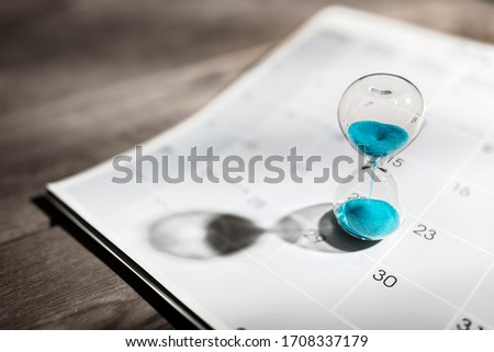 Hour glass on calendar concept for time slipping away for important appointment date, schedule and deadline Stockfoto ©