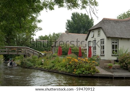 House and canal in Giethoorn