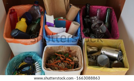Household bins for waste sorting in the kitchen. Multicoloured Bins. Recycle. Plastic, paper packaging, coloured or clear glass, tin cans, bio waste, electronic equipment Foto stock ©