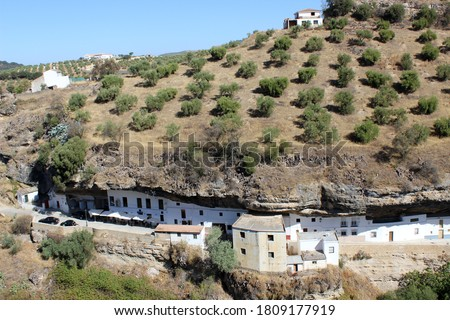 Houses embedded in the mountain in Setenil de las Bodegas (Cádiz, Spain) Foto stock ©