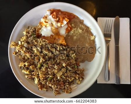 Huevos con machaca y chilaquiles Foto stock ©