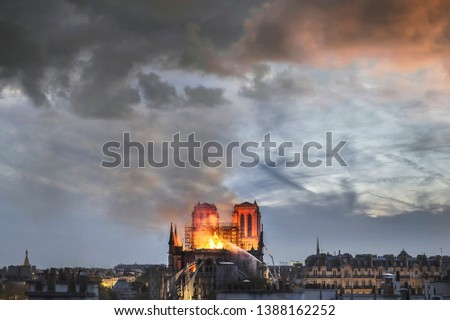 Huge fire sweeps through Notre Dame Cathedral (Paris, France) on April 2019. Here the church burning before the collapse of the spire.  Stockfoto ©