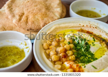 Hummus and pita bread served with tahini, parsley and chick peas, traditional Middle-Eastern food, Tel Aviv - Jaffa Stok fotoğraf ©