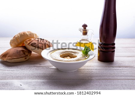 humus with olive oil and arabic bread Foto stock ©