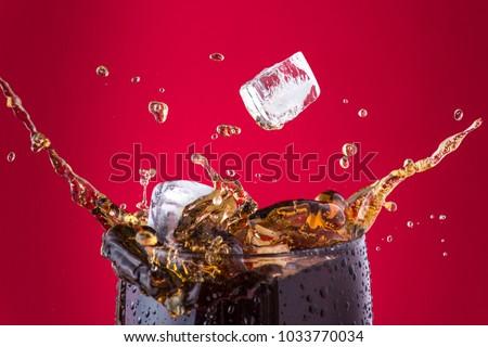 Ice cubes splashing into cola drink Zdjęcia stock ©