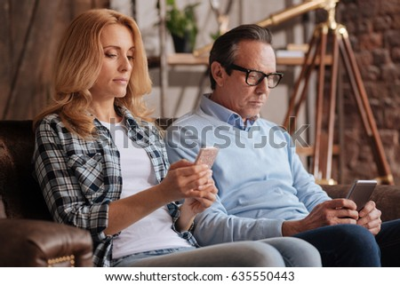 Ignorant couple using cellphones at home Foto stock ©