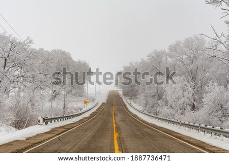 Illinois Rt 178 surrounded by snow and ice on a cold and foggy winters day. Stockfoto ©