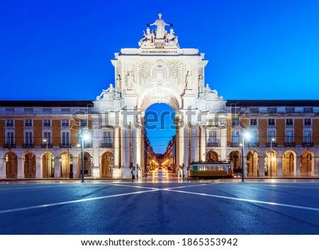 Illuminated ornate archway in Commerce Square, Lisbon, Lisbon, Portugal Foto stock ©