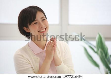 Image of a smiling female caregiver   ストックフォト ©