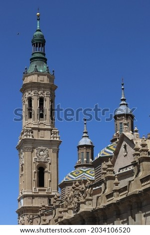 Image of a tower and colourful domes of the Cathedral Basilica of Nuestra Señora del Pilar in Zaragoza, Aragon, Spain. Foto stock ©
