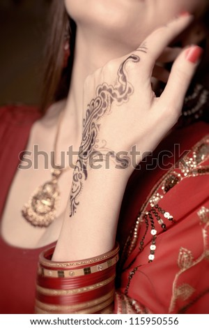 Image of henna on an Indian bride beautifully dressed
