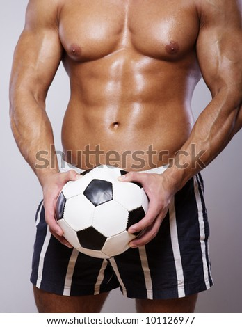 Image of muscle man with ball posing in studuol
