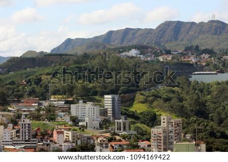 Imagem da Avenida Senhora do Carmo juntamente com a montanha da Serra do Curral em Belo Horizonte, Minas Gerais Brasil. Vista de predios dos bairro Santa Lucia e Sao Bento na regiao Centro Sul.  #1094169422