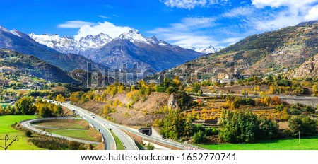 Impressive Alps mountains, scenic valley of castles and vineyards beautiful Valle d'Aosta, northern Italy Foto stock ©