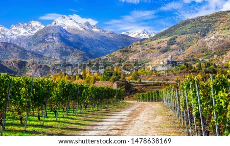 Impressive Alps mountains, scenic valley of castles and vineyards Valle d'Aosta, northern Italy Foto stock ©