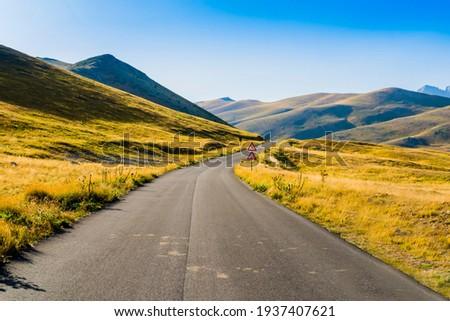 Impressive road through Campo Imperatore valley, Gran Sasso National Park, Abruzzo region, Italy  Foto stock ©