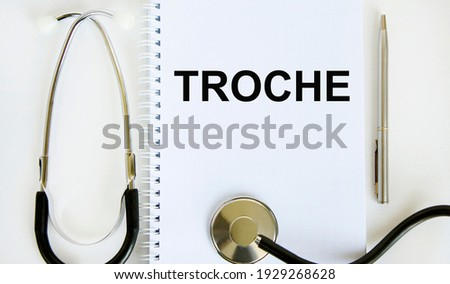 In the notebook is the text troche, next to the stethoscope and pen. Zdjęcia stock ©