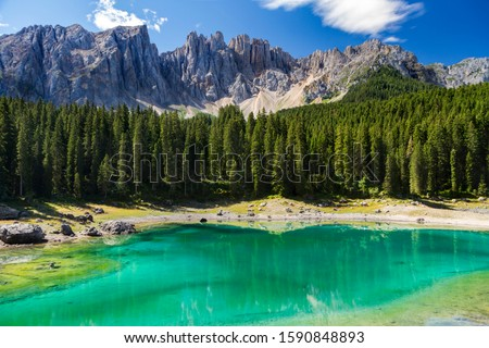 """In the Val d'Ega valley, only 6km from Nova Levante, there is an emerald green mountain lake - Lake Carezza. Due to its impressive colours, in Ladin language it is called """"Lec de Ergobando"""" (Rainbow L Stok fotoğraf ©"""