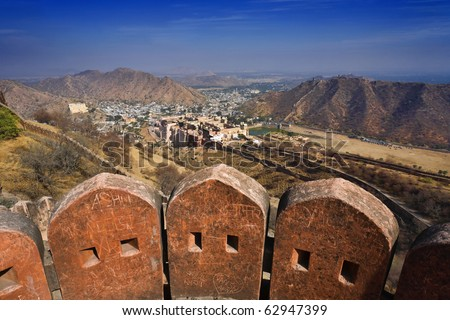 India, Rajasthan, Jaipur, the Amber Fort, the external walls of the Amber Fort, the Amber Palace in the background