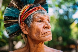 Indian from the Pataxó tribe, with feather headdress. Elderly Brazilian Indian looking to the right. focus on face