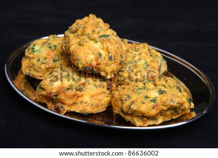 Indian vegetable pakora made from spinach, potato, cauliflower and onion.