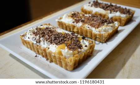 "Individual portions Cake ""Banoffi"" with caramel and banana."