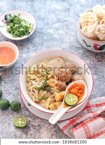 Indonesian beef noodle soup, Mie Kocok, specialty of Bandung. Yellow noodle served in rich beef consommé soup, beef tendon, bean sprouts, meatball, fresh celery, scallion, fried shallot, kaffir lime. Zdjęcia stock ©