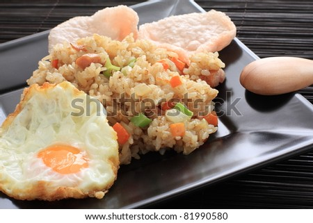 indonesian cuisine, Nosi goreng fried rice with shrimp chip