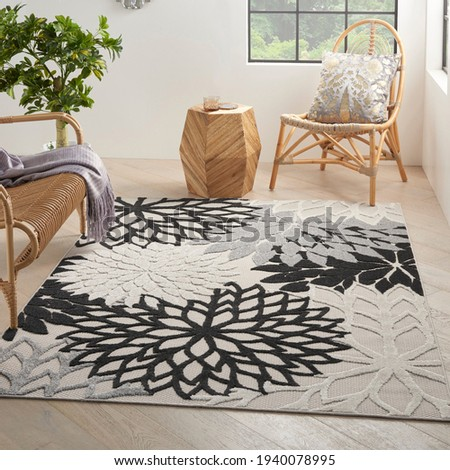 Indoor Outdoor Floral Polyester Area Rug. Stockfoto ©