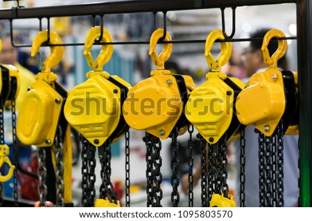 industrial chain hoist for reduce working load and lifting heavy object, mechanical hoist, gear hoist for one man operation with heavy weight mold and die