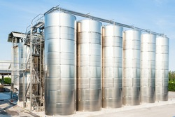 Industrial plant for storing wine, with stainless steel containers