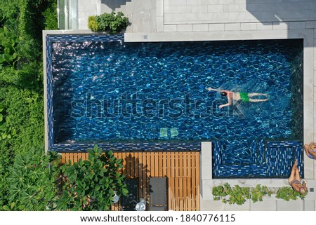 Infinity swimming pool drone man swimming  Foto stock ©
