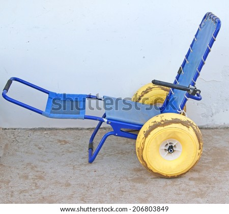 ingenious wheel chair with wheels with rubber tires to go in the sea