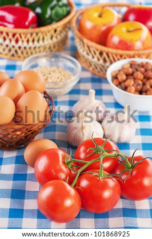 Ingredients for breakfast: tomatoes, eggs, garlic, peanuts, apples and lettuce.