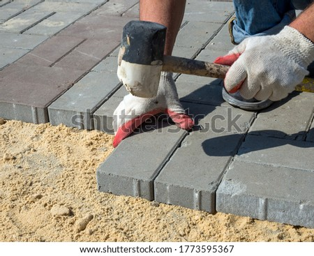Installation of paving slabs on a sandy base