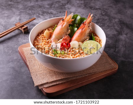 Instant noodles, Tom Yum Goong spicy shrimp soup with Thai spices placed on Dark background. Foto stock ©