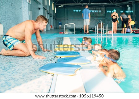 Instructor talking to children in the pool Stockfoto ©