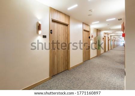 Interior of a long hotel corridor doorway Foto stock ©