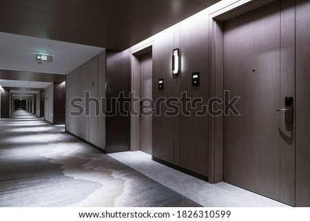 Interior of the Hotel corridor, with wood-paneled walls and elegant carpets Foto stock ©